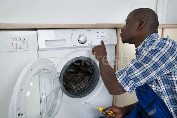 Technicien bouton machine à laver jeunes africaine Photo stock © AndreyPopov