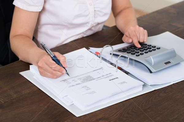 Contador feminino calculadora escritório negócio Foto stock © AndreyPopov