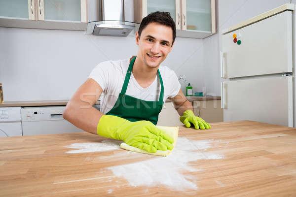 クリーナー 洗浄 ほこり 木製のテーブル 笑みを浮かべて 男性 ストックフォト © AndreyPopov
