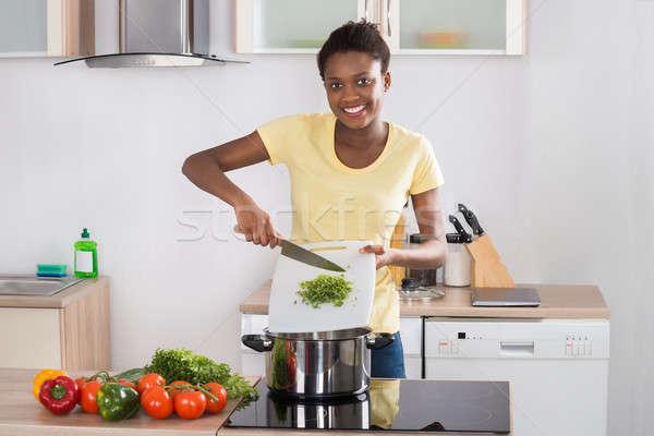 Kobieta posiekane warzyw szczęśliwy młodych Zdjęcia stock © AndreyPopov