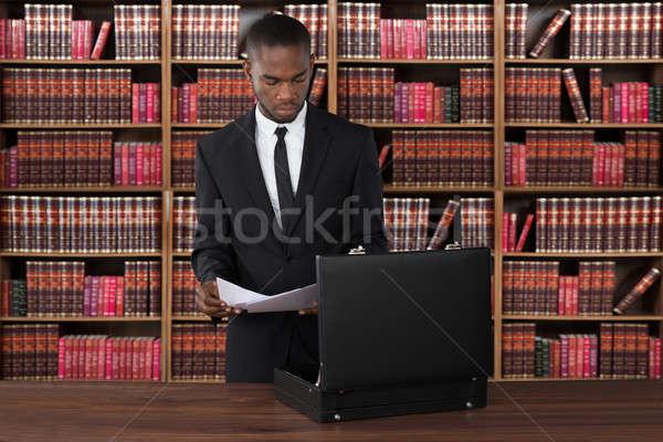 Avvocato giornali valigetta desk maschio ufficio Foto d'archivio © AndreyPopov