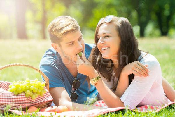 Uśmiechnięta kobieta winogron chłopak uśmiechnięty młoda kobieta Zdjęcia stock © AndreyPopov