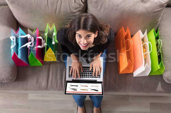 Stockfoto: Vrouw · met · behulp · van · laptop · vergadering · bank
