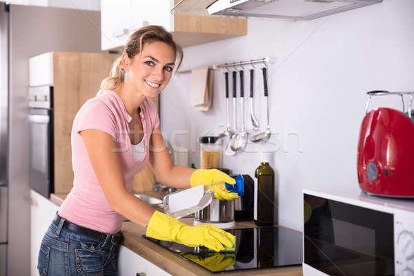 笑顔の女性 洗浄 ストーブ 小さな キッチン ホーム ストックフォト © AndreyPopov