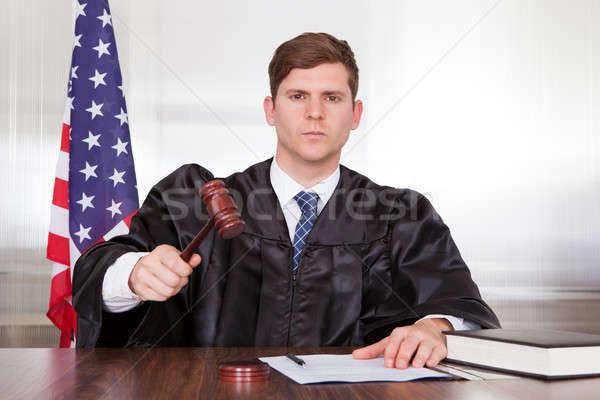 ストックフォト: 男性 · 裁判官 · 法廷 · 小槌 · 図書 · 男