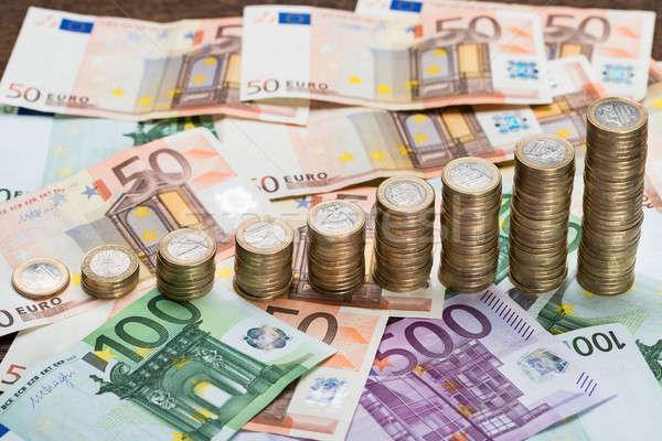 Egymásra pakolva érmék bankjegyek közelkép Euro üzlet Stock fotó © AndreyPopov