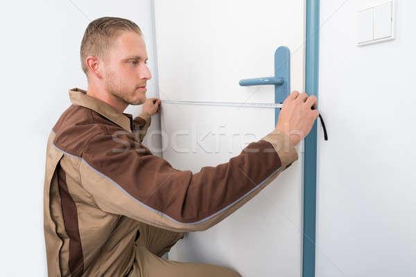 Stock fotó: ács · elvesz · mérés · ajtó · fiatal · férfi