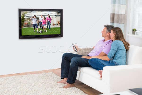 érett pár tv nézés otthon ül kanapé Stock fotó © AndreyPopov