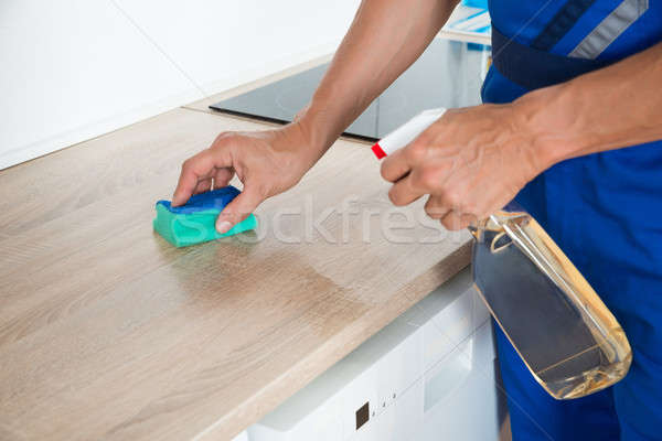 Mannelijke schoonmaken aanrecht wasmiddel spray Stockfoto © AndreyPopov