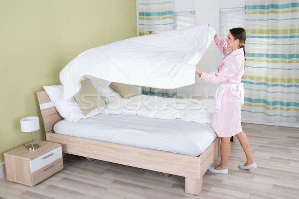 Vrouwelijke huishoudster bed jonge kamer vrouw Stockfoto © AndreyPopov