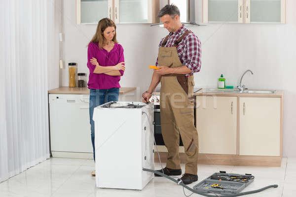 Technik pralka kobieta patrząc mężczyzna kuchnia Zdjęcia stock © AndreyPopov