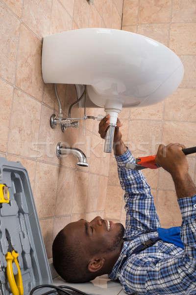 Vízvezetékszerelő padló megjavít mosdókagyló fürdőszoba fiatal Stock fotó © AndreyPopov