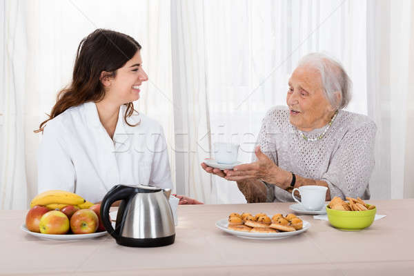 Holunder Frau bietet Kaffee Krankenschwester Frauen Stock foto © AndreyPopov