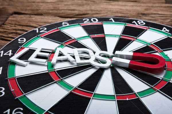 Mágnes húz papír szöveg darts tábla magasról fotózva Stock fotó © AndreyPopov