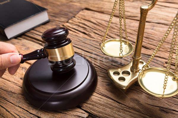 Justiça escala mesa de madeira mão juiz Foto stock © AndreyPopov