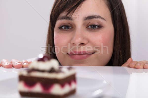 Genç kadın bakıyor dilim kek özlem yemek Stok fotoğraf © AndreyPopov