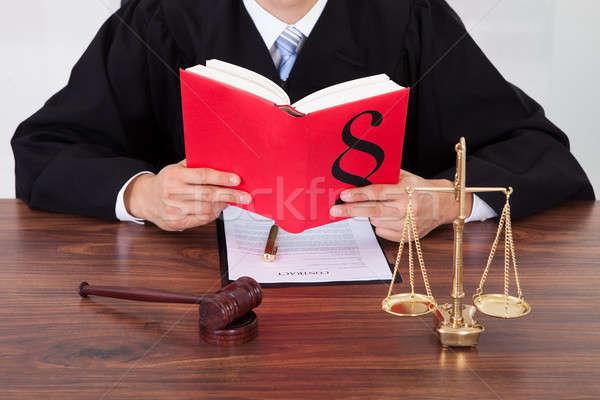 Richter Lesung Buch Tabelle Gerichtssaal männlich Stock foto © AndreyPopov