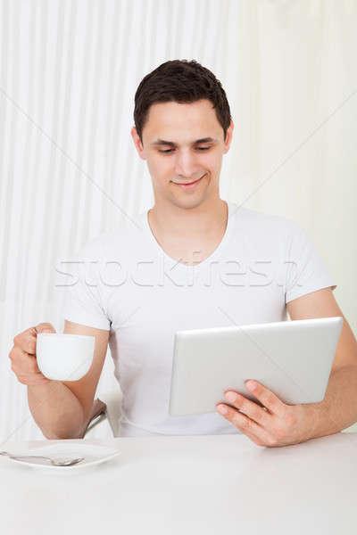 Man digitale tablet koffie eettafel knap Stockfoto © AndreyPopov