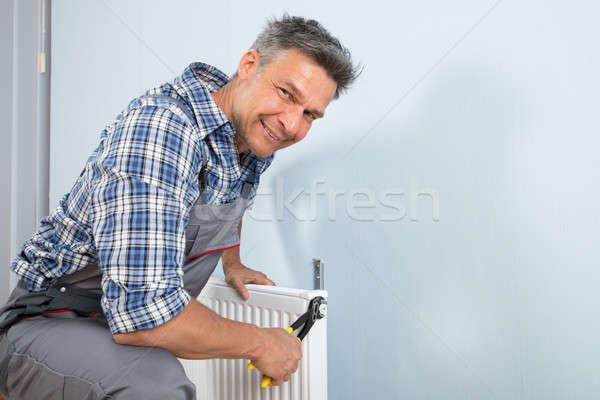 Mutlu tesisatçı radyatör portre erkek Stok fotoğraf © AndreyPopov