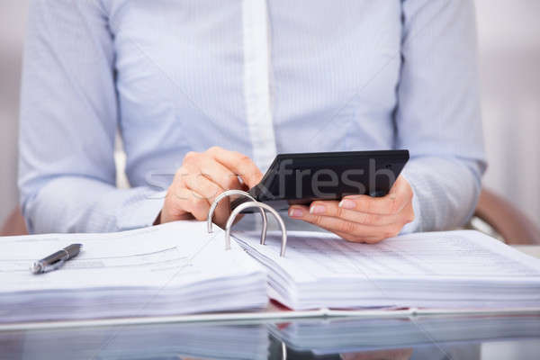 Homme d'affaires facture bureau simulateur bureau Photo stock © AndreyPopov