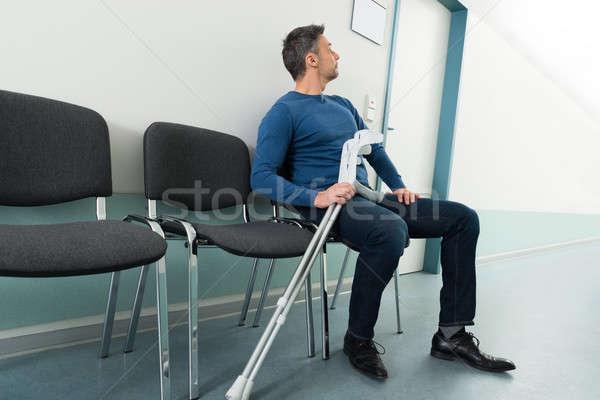 Man krukken vergadering stoel ziekenhuis medische Stockfoto © AndreyPopov