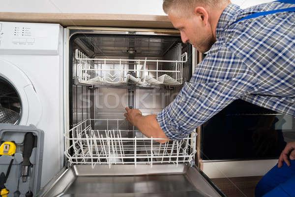 Férfi javít mosogatógép fiatalember átfogó szerszámosláda Stock fotó © AndreyPopov