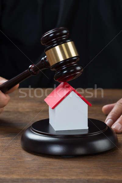 Stockfoto: Rechter · hamer · huis · bureau · afbeelding