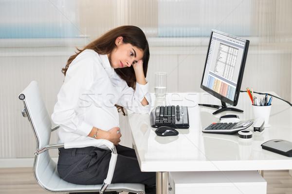 Ontdaan zwangere vrouw vergadering computer bureau kantoor Stockfoto © AndreyPopov