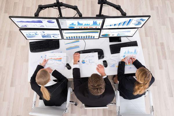 Jovem trabalhando gráficos múltiplo informática Foto stock © AndreyPopov