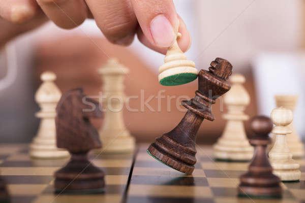 Hand spelen schaken vallen koning Stockfoto © AndreyPopov