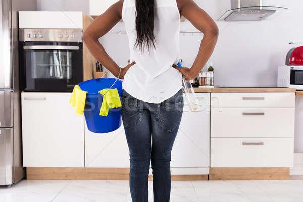 Mujer cubo aerosol botella cocina Foto stock © AndreyPopov