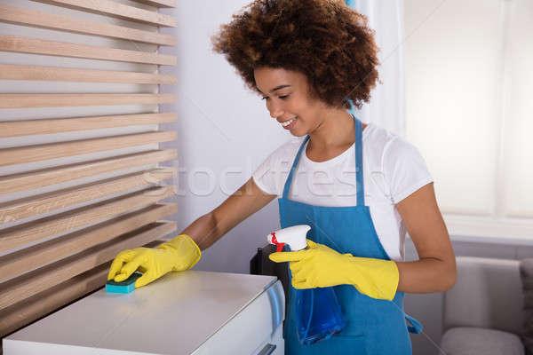 Gondnok takarítás fehér faliszekrény szivacs mosolyog Stock fotó © AndreyPopov