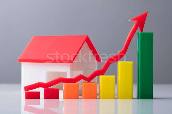 Közelkép üzleti grafikon piros nyíl jelzés ház modell Stock fotó © AndreyPopov