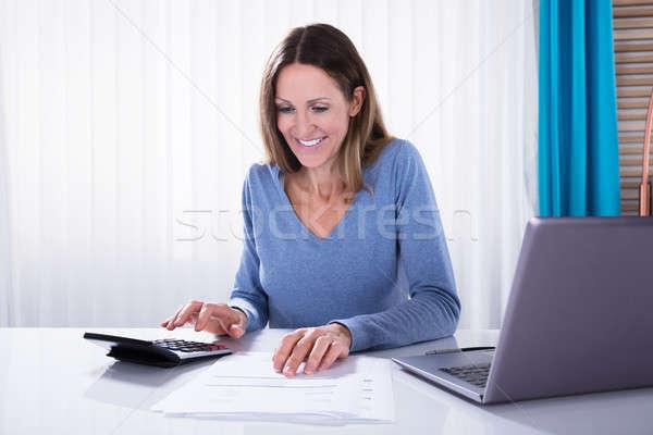 Frau Rechnung Rechner reifen Geschäftsfrau weiß Stock foto © AndreyPopov