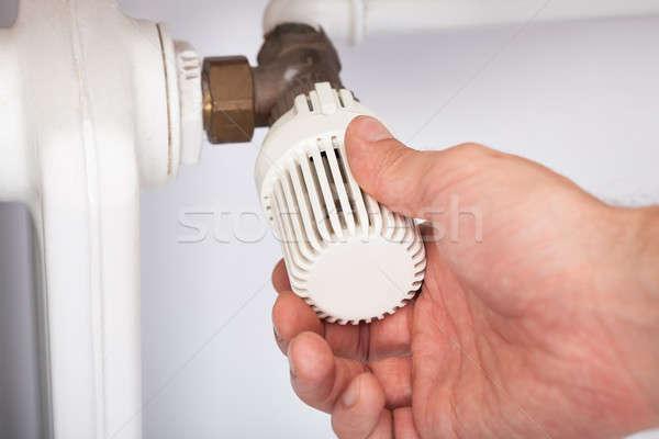 Uomo temperatura radiatore termostato primo piano home Foto d'archivio © AndreyPopov