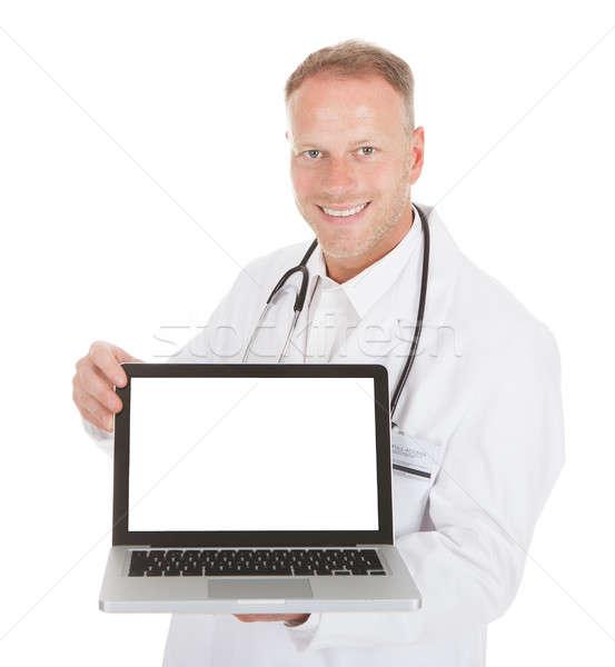 Foto stock: Sonriendo · jóvenes · doctor · de · sexo · masculino · portátil · retrato · blanco