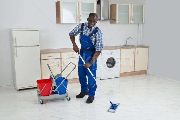 Foto d'archivio: African · maschio · lavoratore · pulizia · piano · giovani