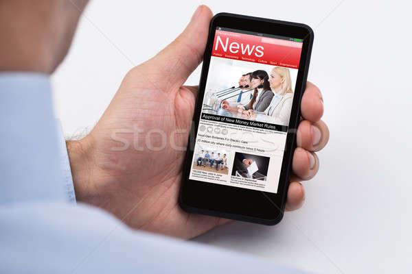 Stok fotoğraf: Işadamı · okuma · çevrimiçi · haber · cep · telefonu