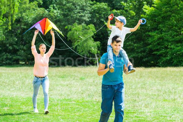 Família voador pipa parque colorido Foto stock © AndreyPopov