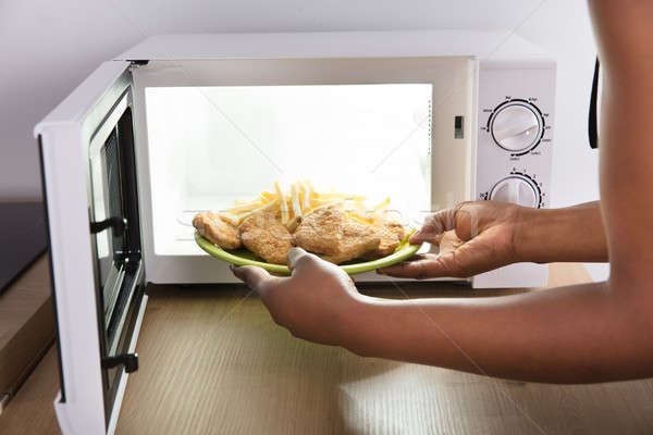 Stockfoto: Persoon · verwarming · voedsel · magnetronoven · oven