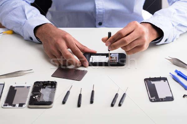 Techniker Handy Hand Schreibtisch Stock foto © AndreyPopov