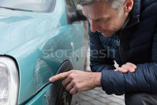 Człowiek patrząc samochodu dojrzały mężczyzna strony Zdjęcia stock © AndreyPopov