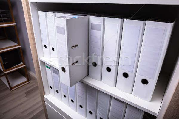 Folderze na zewnątrz półka inny biuro papieru Zdjęcia stock © AndreyPopov