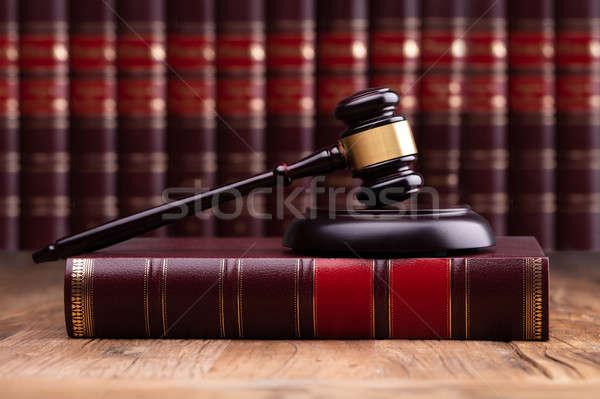 裁判官 小槌 法 図書 木製 デスク ストックフォト © AndreyPopov