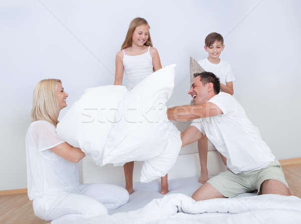 Familie kussengevecht samen bed slaapkamer Stockfoto © AndreyPopov