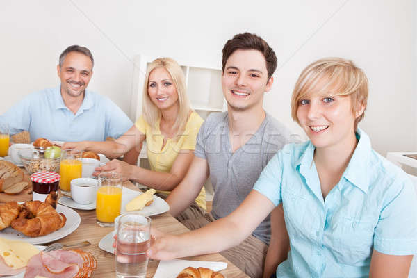 Gelukkig gezin genieten ontbijt twee kinderen Stockfoto © AndreyPopov