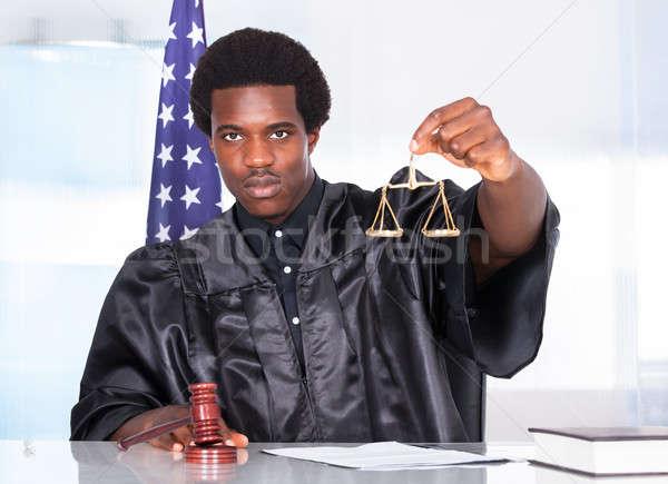 Männlich Richter halten Hammer Maßstab Gerichtssaal Stock foto © AndreyPopov