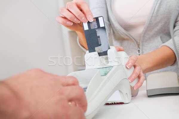 Eladó személy kártya szkenner hitelkártya pénz Stock fotó © AndreyPopov
