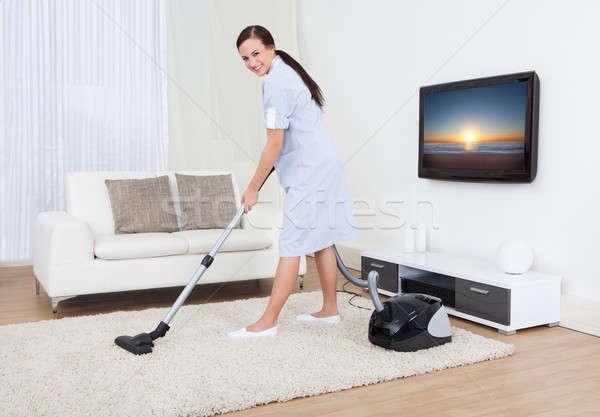 Foto stock: Empregada · limpeza · tapete · aspirador · de · pó · retrato