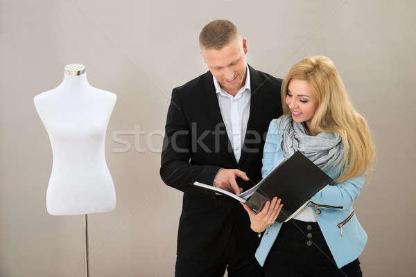 Női szabó ügyfél néz iktatókönyv fiatal Stock fotó © AndreyPopov